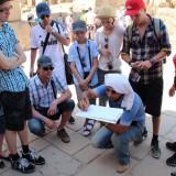 Ein Reiseleiter erklärt Details - Karnakt Tempel Luxor - Ägypten