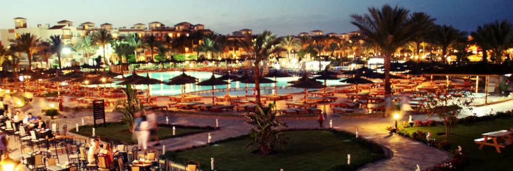 Hotel Dana Beach Resort - Poolanlage abends - Hotels in Hurghada