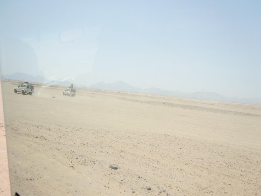 Mit dem Geländewagen durch die Wüste bei Hurghada